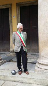 Una immagine del Sindaco di Berceto Luigi Lucchi davanti il Teatro Regio di Parma in occasione della sua protesta contro il Governo il 2 Giugno 2016 / ALBERTO MAIELI