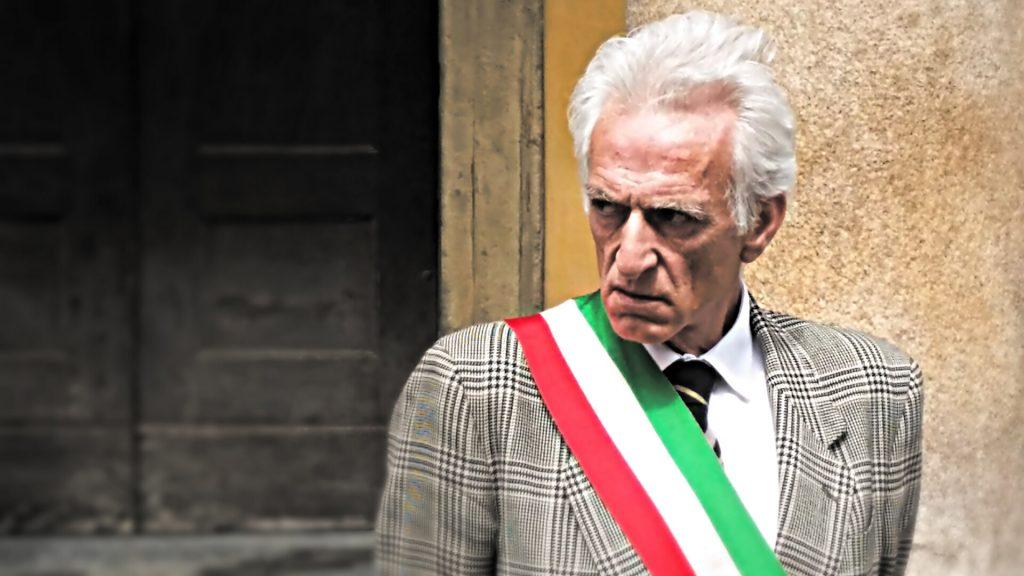 Il Sindaco di Berceto Luigi Lucchi davanti il Teatro Regio di Parma in occasione della sua protesta contro il Governo il 2 Giugno 2016 / ALBERTO MAIELI